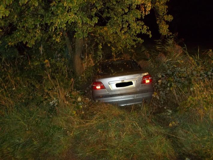 Unfallfahrzeug in der Böschung
