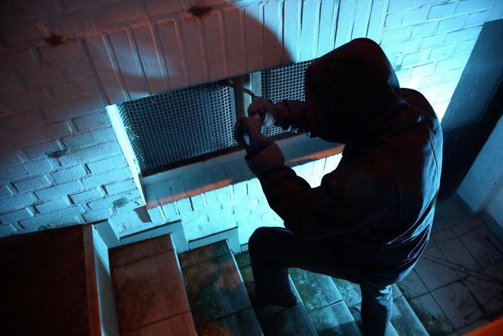 Symbolbild: Natürlich auch durch aufgebrochene Kellerfenster gelangen Einbrecher in Wohnhäuser