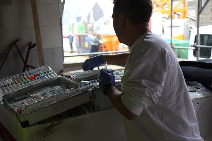 Ein Rettungsassistent sucht das vom Notarzt geforderte Medikament heraus und bereitet es vor. Genauigkeit und gute Kommunikation sind unerlässlich. Foto: Mike Filzen