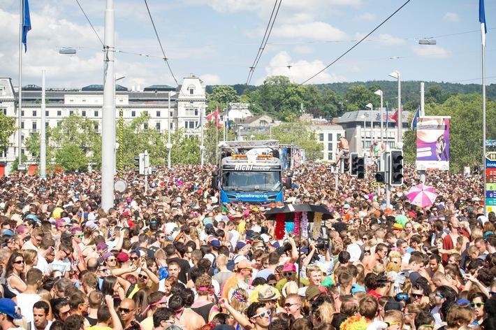 """Street Parade. Texte complémentaire par ots et sur www.presseportal.ch/fr/nr/100000980 / L'utilisation de cette image est pour des buts redactionnels gratuite. Publication sous indication de source: """"obs/Sucht Schweiz / Addiction Suisse / Dipendenze Svizzera/Quelle : Commons Wikipédia"""""""