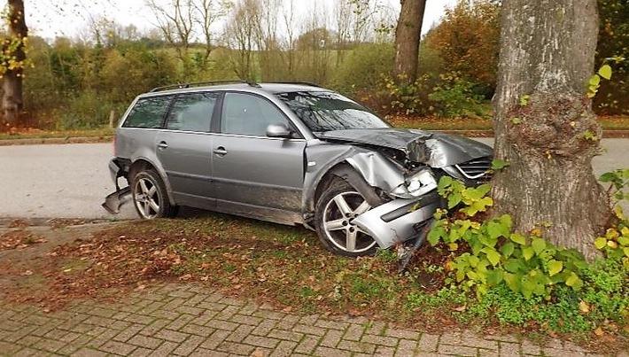 VW Passat prallte frontal gegen Straßenbaum in Rugensee