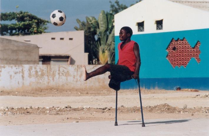 """Selbstbewusstsein und Lebensfreude durch Sport: Ein junger, behinderter Fußballer in Angola. Die Verwendung dieses Bildes ist für redaktionelle Zwecke honorarfrei. Abdruck bitte unter Quellenangabe: """"obs/Handicap International"""""""