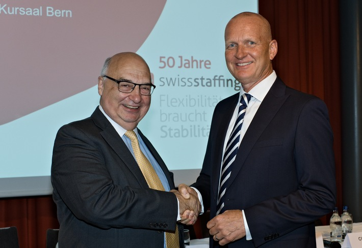 """Swissstaffing ? At Kursaal Bern, at the Annual General Meeting marking the association?s 50-year anniversary, the role of swissstaffing president is passed from Georg Staub to Leif Agnéus (r.). June 26, 2018 More information via ots and www.presseportal.ch/de/nr/100057910?langid=2 / Editorial use of this picture is free of charge. Please quote the source: """"obs/swissstaffing - Verband der Personaldienstleister der Schweiz/Markus Senn for swissstaffing"""""""