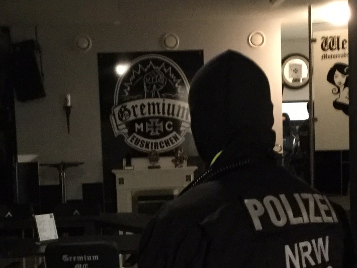 """Polizeibeamte durchsuchten das Clubhaus des Rockerclubs """"MC Gremium"""" in Euskirchen."""