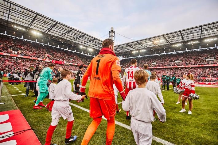 Alle 50 Kinder, die mit den Spielern ins Stadion laufen, stattet die DEVK mit Longsleeves aus. Foto: Thomas Fähnrich