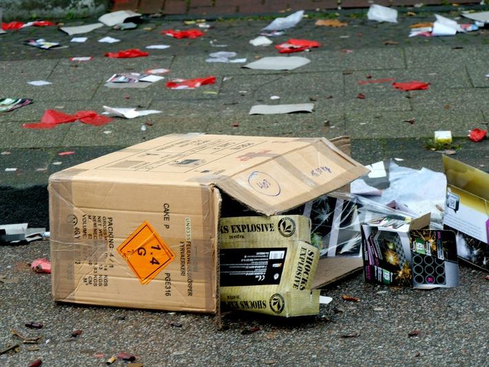Die Verpackungen der Feuerwerkskörper sind nicht ohne Grund mit Gefahrensymbolen gekennzeichnet. Foto: Mike Filzen