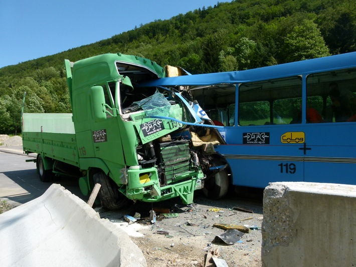 Crash-test TCS avec un car: ceintures indispensables