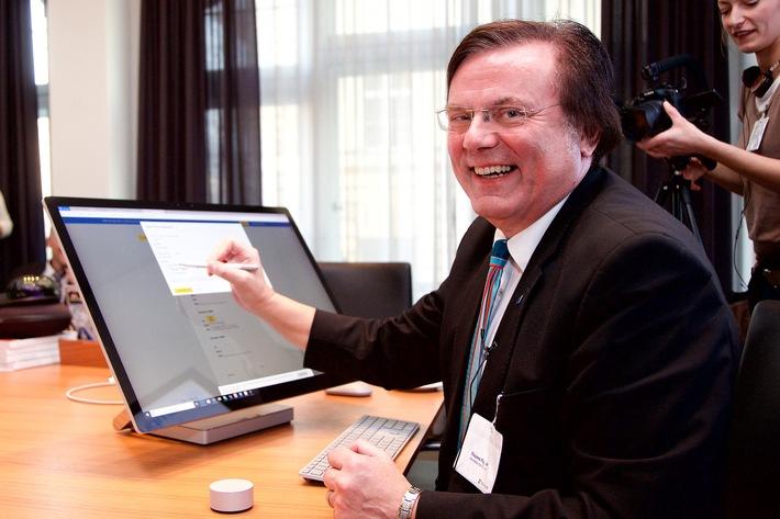 """Thiemo Fojkar, Vorsitzender des Vorstands Internationaler Bund e.V. (IB), unterzeichnet den Vertrag mit Microsoft. Damit ist der IB Campus Mannheim die derzeit einzige Bildungseinrichtung in Deutschland, die dem weltweiten Microsoft Flagship School Programm angehört. Weiterer Text über ots und www.presseportal.de/nr/43905 / Die Verwendung dieses Bildes ist für redaktionelle Zwecke honorarfrei. Veröffentlichung bitte unter Quellenangabe: """"obs/Internationaler Bund/Sascha Radke/Agentur EVENTPRESS"""""""