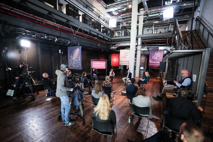 Scoopcamp 2020: Die Innovationskonferenz für Medien von nextMedia.Hamburg und dpa fand in diesem Jahr erstmals als hybrides Format statt. In Keynotes, Panels und Masterclasses diskutierten die Teilnehmerinnen und Teilnehmer über aktuelle Herausforderungen und Innovationen. Hier im Bild das Abschlusspanel: Luca Caracciolo (t3n), Moderatorin Johanna Leuschen, Peter Kropsch (dpa) und Jessica Staschen (ZEIT-Stiftung) vlnr. Jeff Jarvis skizziert beim scoopcamp 2020 die Zukunft der Medienbranche: