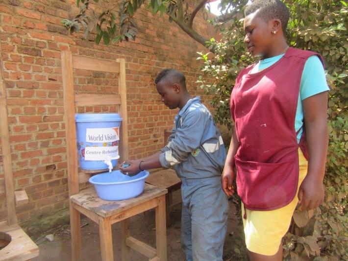 """World Vision errichtet im Nordosten der DR Kongo Handwaschstationen und verteilt Hygieneartikel damit Kinder und Jugendliche sich regelmäßig die Hände waschen können. Weiterer Text über ots und www.presseportal.de/nr/50116 / Die Verwendung dieses Bildes ist für redaktionelle Zwecke honorarfrei. Veröffentlichung bitte unter Quellenangabe: """"obs/Aktion Deutschland Hilft e.V./World Vision"""""""