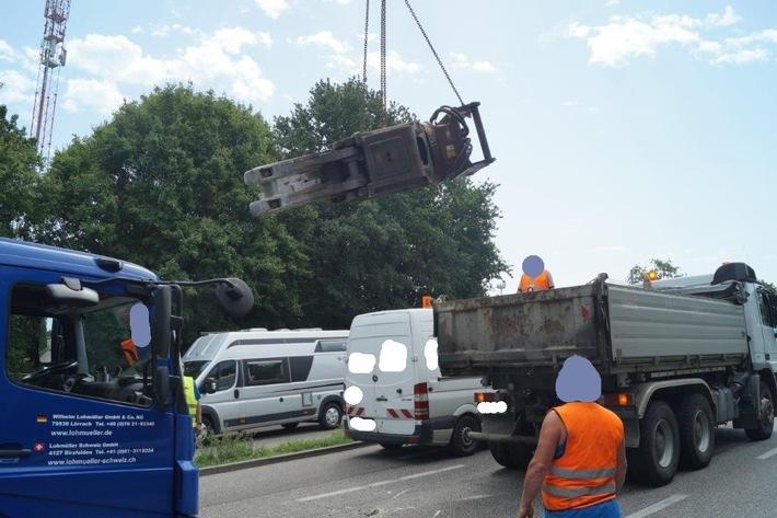 POL-FR: Weil am Rhein: Lkw verliert 4 Tonnen schwere Baggerschaufel