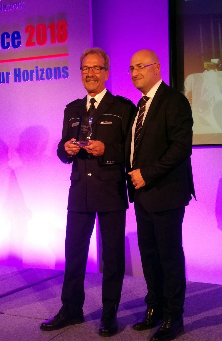 Dieter Speiser (links) bei der Verleihung des TISPOL- Roads Policing Awards durch TISPOL-Präsident Paolo Cestra aus Italien (rechts)