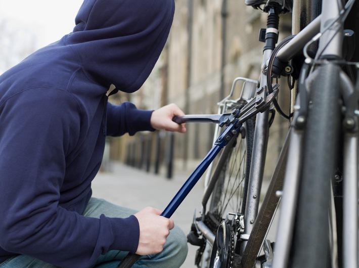 Rad geklaut - Tag versaut! - Gut gewappnet durch die Fahrradsaison - Pro Stunde werden hierzulande rund 35 Fahrräder geklaut - Die Experten der DVAG geben Tipps zu Versicherungen und Diebstahlschutz
