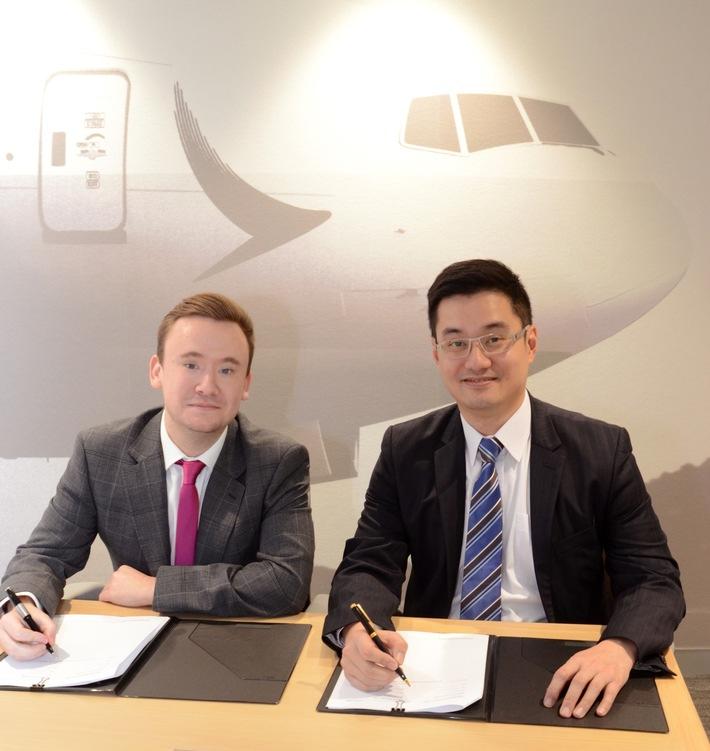 Will Staddon (Global Alliance Partner Manager bei va-Q-tec) und Frosti Lau (General Manager Cargo Service Delivery bei Cathay Pacific) unterzeichnen den Kooperationsvertrag