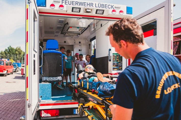 Kennenlernen der Feuerwehr- und Rettungsdienstfahrzeuge