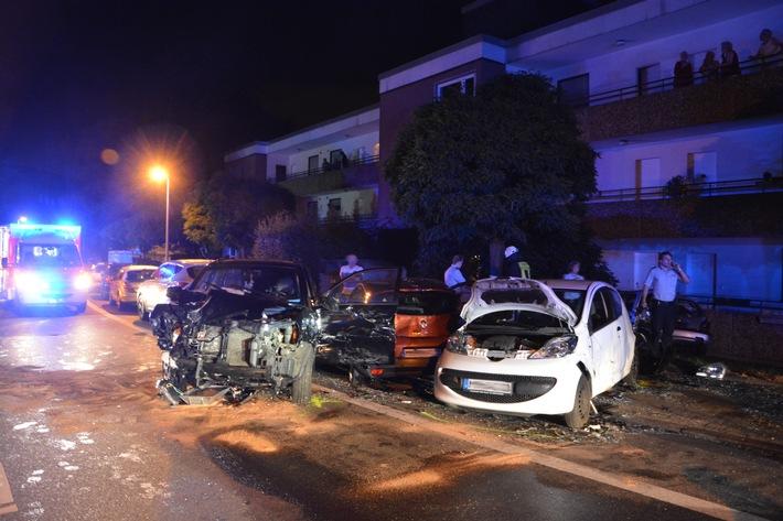 FW-MH: Schwerer Verkehrsunfall mit drei Verletzten.