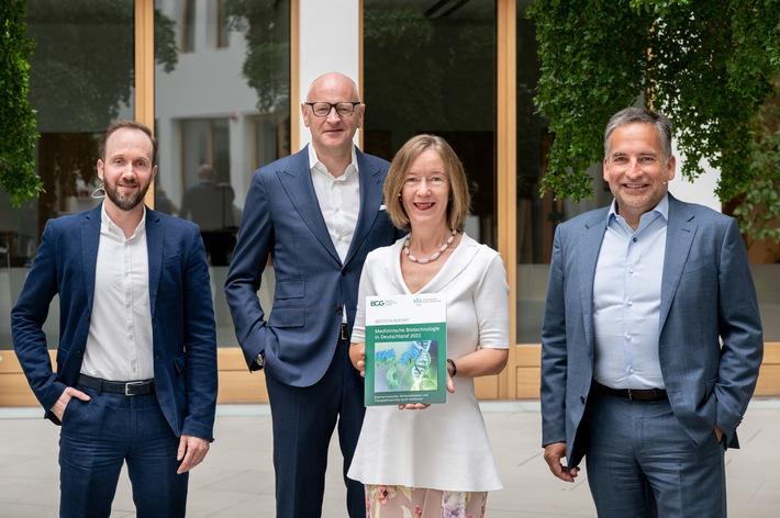 Vorstellung des Biotech-Reports 2021 von vfa bio und Boston Consulting Group (BCG) am 29.06.2021 in Berlin. V.l.n.r.: Jens Machemehl (vfa Kommunikation), Dr. Jürgen Lücke (Senior Partner BCG, Studienautor), Dr. Sabine Sydow (Leiterin vfa bio) und Dr. Frank Mathias (Vorsitzender von vfa bio und CEO von Rentschler Biopharma). Foto zur Berichterstattung frei mit Quellenangabe: vfa bio / Crispin I. Mokry. / Weiterer Text über ots und www.presseportal.de/nr/38861 / Die Verwendung dieses Bildes ist für redaktionelle Zwecke unter Beachtung ggf. genannter Nutzungsbedingungen honorarfrei. Veröffentlichung bitte mit Bildrechte-Hinweis.