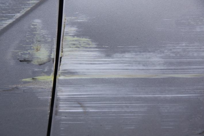Ausschnitt aus dem Schadensbereich des Ford Focus, der sich über die gesamte rechte Fahrzeugseite ausdehnt