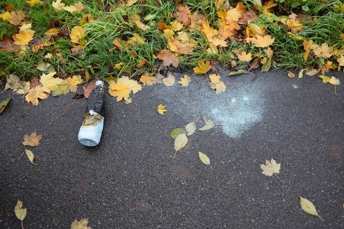 Auf dem Brahmsweg in Kempen gefundene Flasche mit ungefährlichem Pulver. (Foto: LKA NRW)