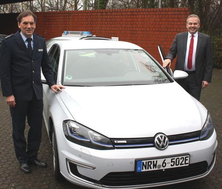 Landrat Dr. Ralf Niermann und Polizeidirektor Detlef Stüven freuen sich über den spritzigen und leisen Automatik-Wagen.