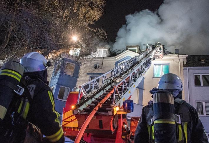 Bild: Feuerwehr Bochum / Löschmaßnahmen am Dach