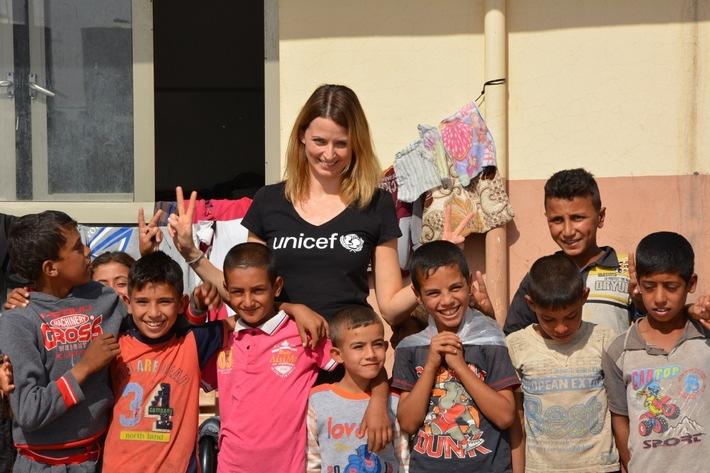 UNICEF-Botschafterin Eva Padberg, hier zu Besuch in einem Flüchtlingslager im Irak, wünscht sich keine Geschenke für ihr eigenes Baby, sondern Spenden für Kinder weltweit.   © UNICEF/DT2016-49957/Claudia Berger