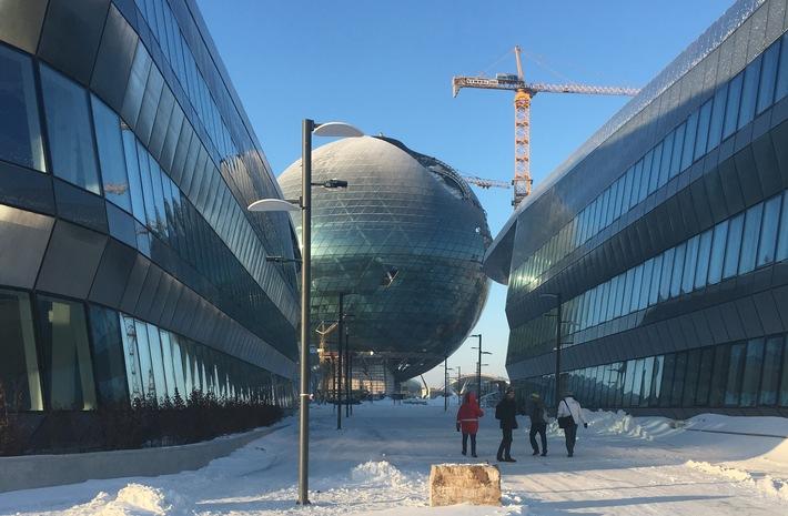 """Aufnahme der Expo Astana 2017 während des Aufbaus. Expomobilia ist dafür verantwortlich, den Schweizer Pavilion zu bauen. Weiterer Text über ots und www.presseportal.ch/de/nr/100017100 / Die Verwendung dieses Bildes ist für redaktionelle Zwecke honorarfrei. Veröffentlichung bitte unter Quellenangabe: """"obs/Expomobilia AG"""""""