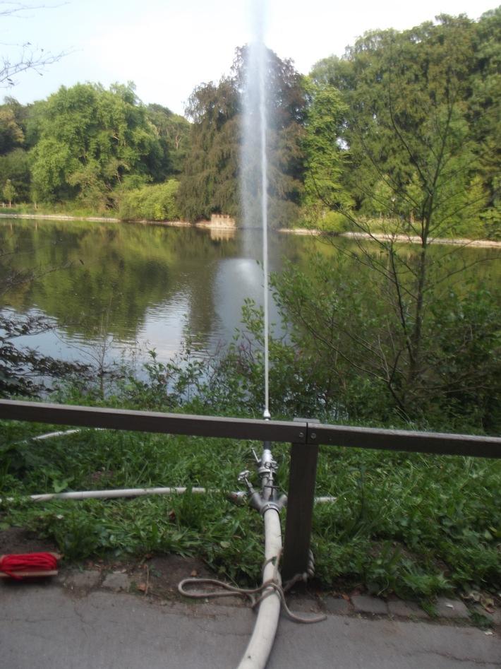 Über diesen Wasserwerfer wird der Teich befüllt