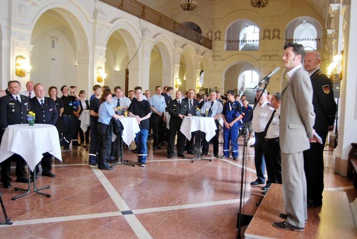 Der Bürgermeister von Leipzig, Heiko Rosenthal, empfängt Vertreter der Jugendfeuerwehren aus ganz Deutschland.