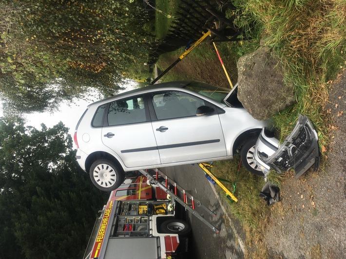 FW Lage: Alleinunfall eines PKW - aufwendige Rettung der verletzten Fahrerin