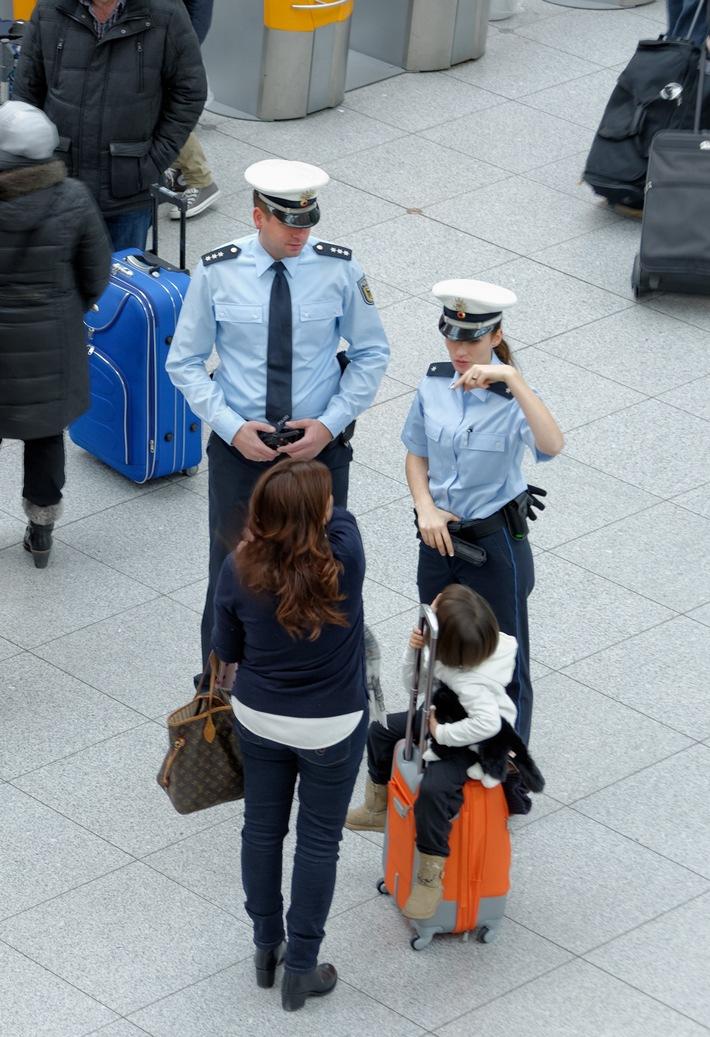 Wenn Kinder mit nur einem Elternteil oder gar ohne Eltern ins Ausland reisen, sehen die Bundespolizisten am Münchner Flughafen ganz genau hin. So können die Beamten immer wieder Kindesentziehungen und -entführungen verhindern - oft buchstäblich in letzter Minute. Das anhängende Beispielbild zeigt eine Bundespolizei-Streife bei der Kontrolle einer Reisenden mit Kind am Münchner Flughafen und kann mit dem Zusatz