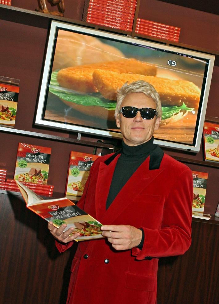 """Falscher Heino wirbt für original leckeren Geschmack: Auf der Frankfurter Buchmesse wurde heute das neue iglo Kochbuch """"Lecker ist mir lieber!"""" vorgestellt. Die Verwendung dieses Bildes ist für redaktionelle Zwecke honorarfrei. Abdruck bitte unter Quellenangabe: """"obs/iglo"""""""
