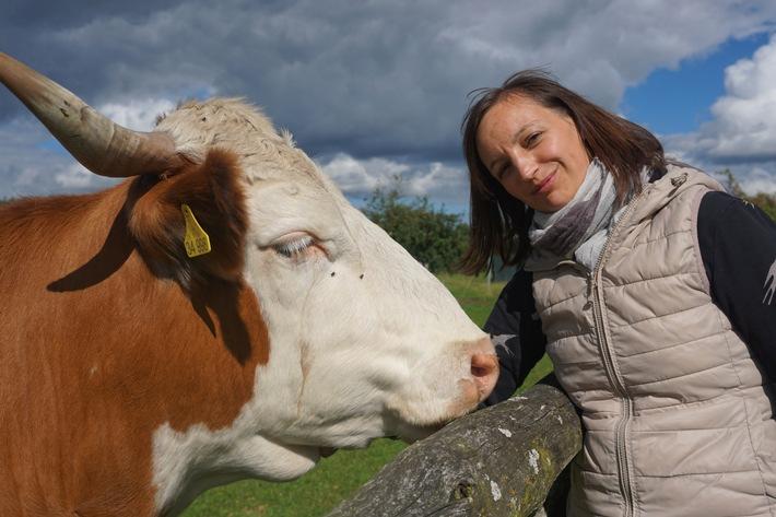 Projektkoordinatorin Dr. Julia Drews mit einem Hinterwälderrind.jpg