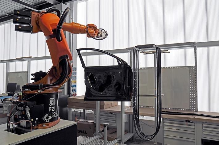 In der letzten Qualifizierungsrunde stellten sich die FZI-Wissenschaftler der Herausforderung, den Roboter flexible Gummidichtungen an Autotüren anbringen zu lassen.