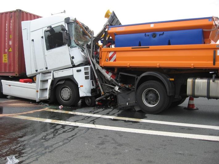 POL-CUX: Verkehrsunfall zwischen Sattelzug und einem Absicherungsfahrzeug der Autobahnmeisterei (Bild in digitaler Pressemappe)