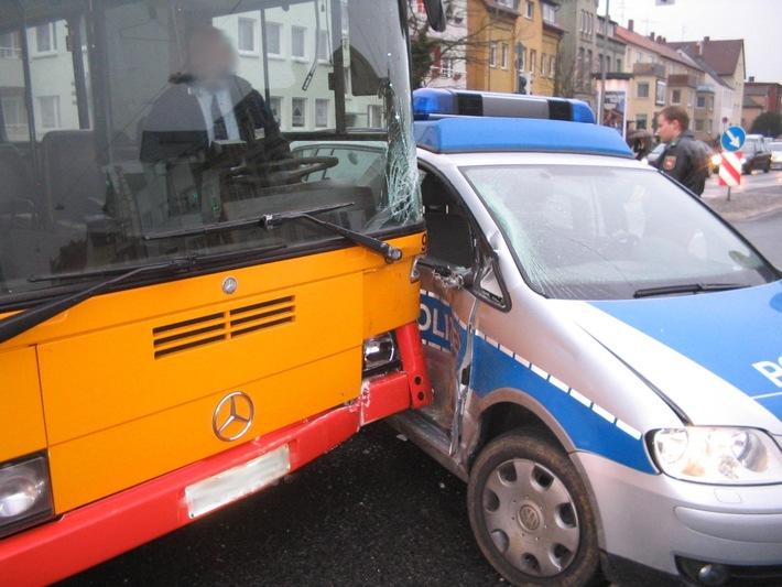POL-HI: Polizeifahrzeug und Stadtbus verursachen Verkehrsunfall