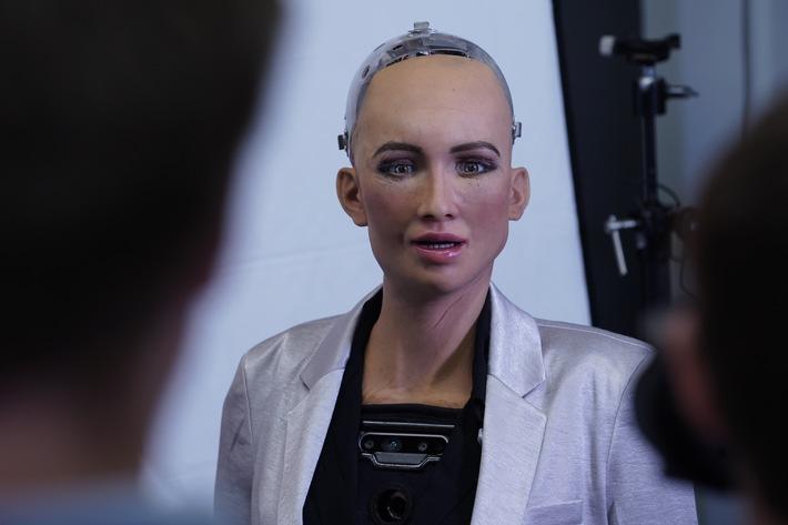 """Mensch oder Maschine? Sophia, der von Hanson Robotics entwickelte humanoide Roboter, begrüßt die Besucher des new.New Festivals in Stuttgart. Copyright: Hanson Robotics Limited. Weiterer Text über ots und www.presseportal.de/nr/103423 / Die Verwendung dieses Bildes ist im Rahmen der Berichterstattung zu diesem Thema honorarfrei. Veröffentlichung bitte unter Quellenangabe: """"obs/CODE_n/Hansons Robotics Limited"""""""