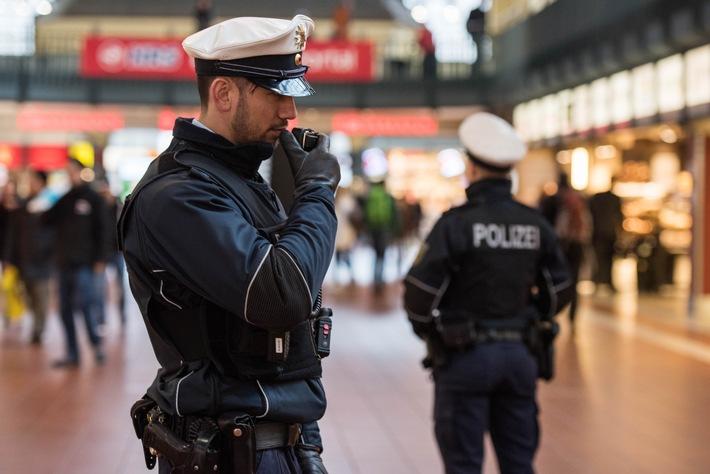 Eine Streife der Bundespolizei in der Wandelhalle im Hamburger Hauptbahnhof- Symbolfoto: Bundespolizei