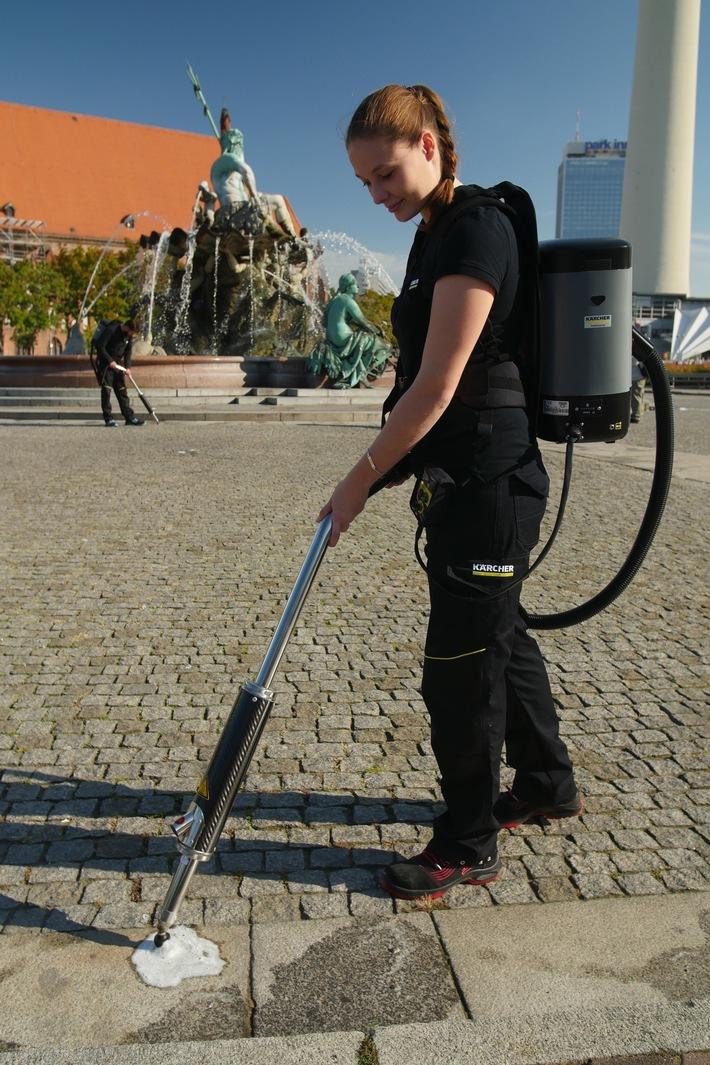 Kampf dem Kaugummi am Alexanderplatz