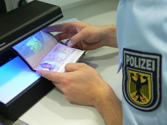 Die Bundespolizei hat bei Grenzkontrollen eine mutmaßliche Urkundenfälscherin vorläufig festgenommen.
