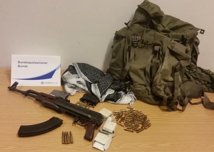 Das Foto zeigt das sichergestellte Sturmgewehr und die Munition