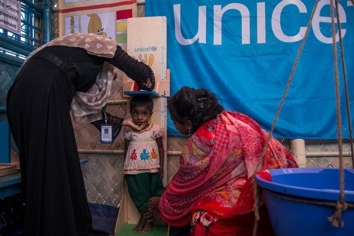In einem therapeutischen Ernährungszentrum von UNICEF messen Helfer die Körpergröße eines Rohingya-Mädchens (© UNICEF/UN0139596/LeMoyne)