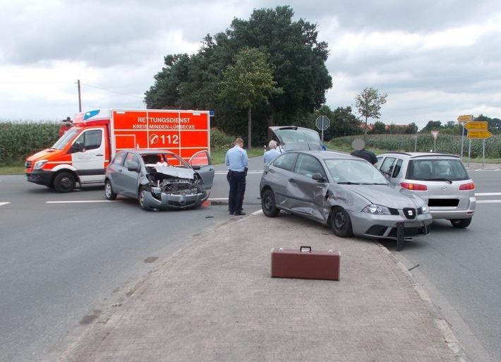 Bei dem Kreuzungsunfall mit drei beteiligten Fahrzeugen verletzte sich eine Fahrerin.