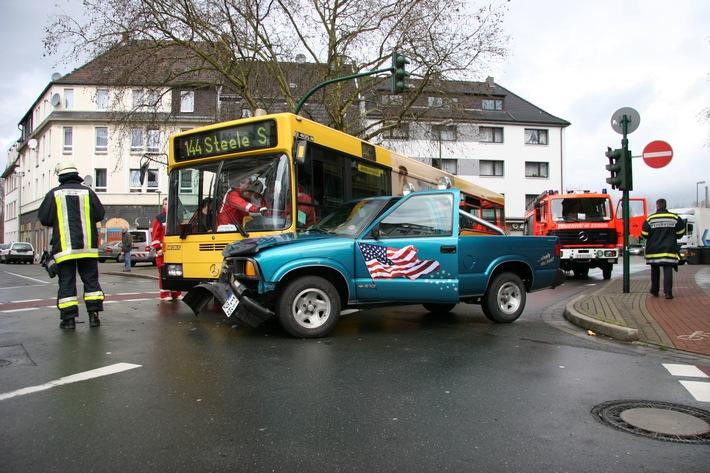 FW-E: Verkehrsunfall mit zwei PKW und Linienbus in Kray, eine Person leicht verletzt