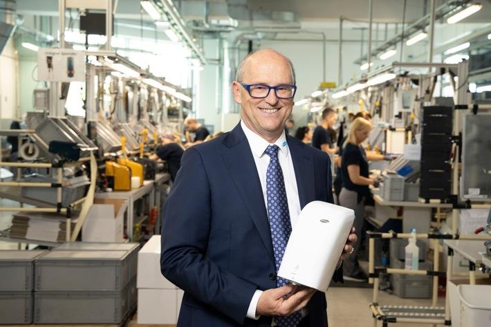 BILD zu OTS - Firmeninhaber und Geschäftsführer Hans Georg Hagleitner in der hauseigenen Spenderproduktionsstätte