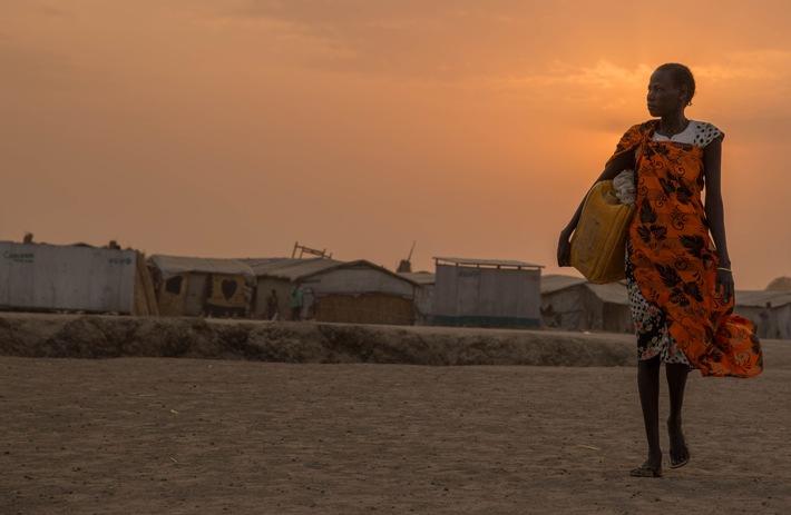 """Suedsudan, das Fluechtlingscamp in Bentiu. Schon frueh am morgen sind Frauen unterwegs um Wasser von der Quelle zu holen und Lebensmittel von der Welthungerhilfe abzuholen, south sudan, refugee camp in bentiu, early in the morning, women are on their way to fetch water from the spring and pick up food from the Welthungerhilfe  ACHTUNG Fluechtlinge! ATTENTION!! REFUGEES! Please consider refugee and child protection! Copyright (c)Glinski / Welthungerhilfe. Weiterer Text über ots und www.presseportal.de/nr/6596 / Die Verwendung dieses Bildes ist für redaktionelle Zwecke honorarfrei. Veröffentlichung bitte unter Quellenangabe: """"obs/Deutsche Welthungerhilfe e.V./Stefanie Glinski"""""""