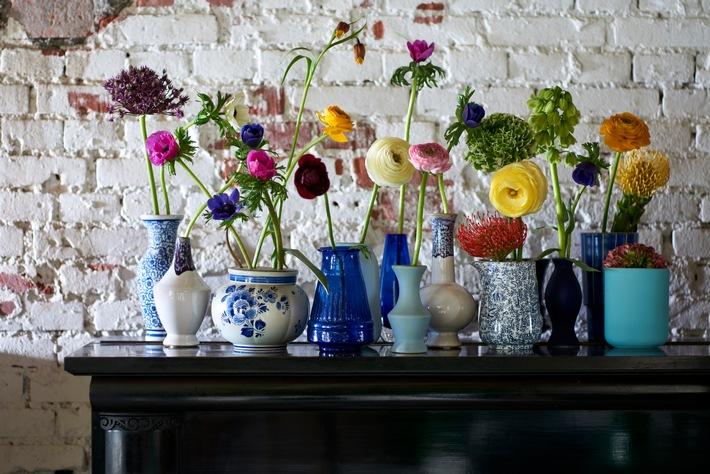 Frühlingserwachen mit farbenfrohem Blütenarrangement - Ranunkel, Anemone und Nadelkissen-Protea begrüßen den Frühling