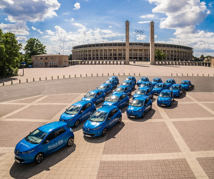 Zwei TV-Stars, 25 E-Autos und eine Weltpremiere: Renault elektrisiert Berlin