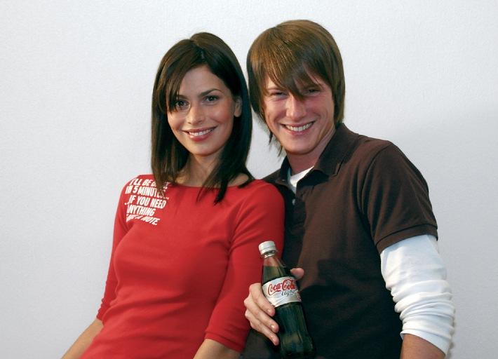 """Die beiden Weltrekordanwärter Ivona (23 J.) und Sascha (23 J.) schenken Miesepetern und zukünftigen Optimisten ein herzliches Lächeln unter www.coke-light.de. Die Verwendung dieses Bildes ist für redaktionelle Zwecke honorarfrei. Abdruck bitte unter Quellenangabe: """"obs/Coca-Cola GmbH"""""""