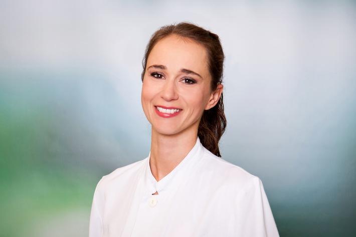 """HNO-Ärztin Dr. Veronika Wolter weiß genau, wie es ist, hörgeschädigt zu sein: Sie trägt selbst ein Cochlea Implantat / Weiterer Text über ots und www.presseportal.de/nr/65048 / Die Verwendung dieses Bildes ist für redaktionelle Zwecke honorarfrei. Veröffentlichung bitte unter Quellenangabe: """"obs/Asklepios Kliniken"""""""
